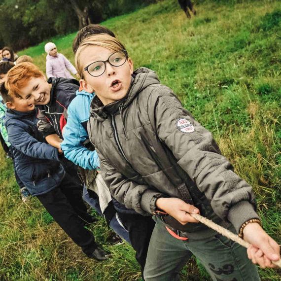 Chůdy, pytel, přetahování lanem - zábavné atrakce Brno